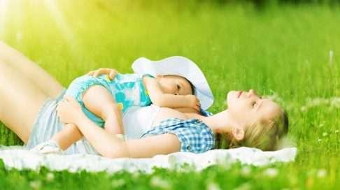 Helle on oiva imetyssää! Nauti ulkona vallitsevasta lämmöstä ja tarjoa vauvallesi maitoa aina kun hän sitä haluaa. Kuva: iStock