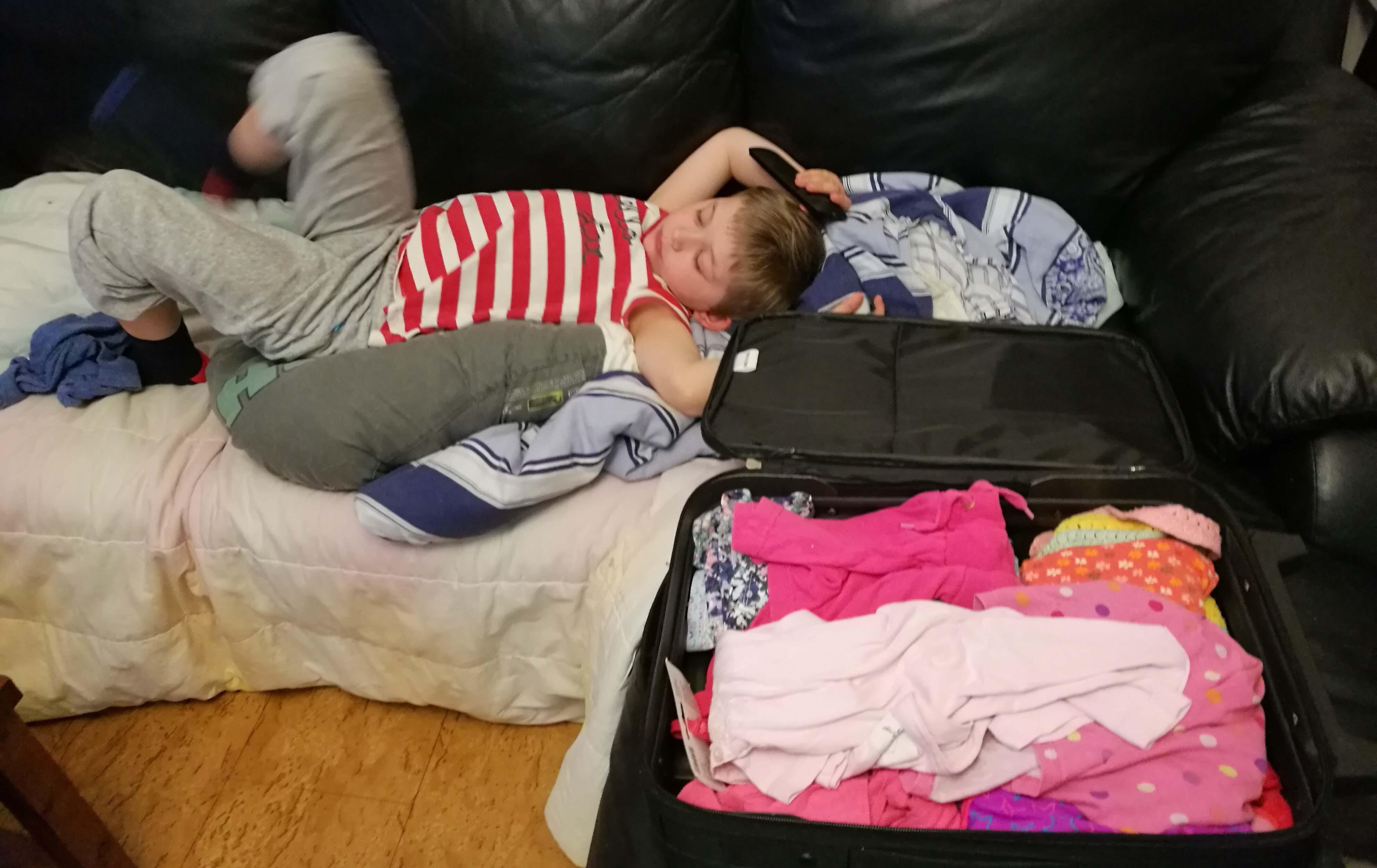 Kuusivuotias ottaa rennosti, kun äiti pakkaa. Taaperoa puolestaan kiinnostaisi lähinnä vaatteiden repiminen pois matkalaukusta.