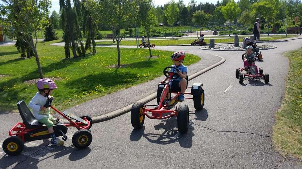 Esikoislapseni isä lähettää minulle usein kuvia heidän yhteisistä päivistään. Tällä kertaa isä oli vienyt lapsen liikennepuistoon.