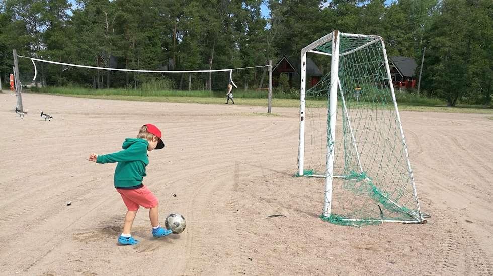 Esikoiseni kaipaisi kahdenkeskistä aikaa vaikka jalkapalloa pelaten enemmän kuin tällä hetkellä pystyn hänelle tarjoamaan.