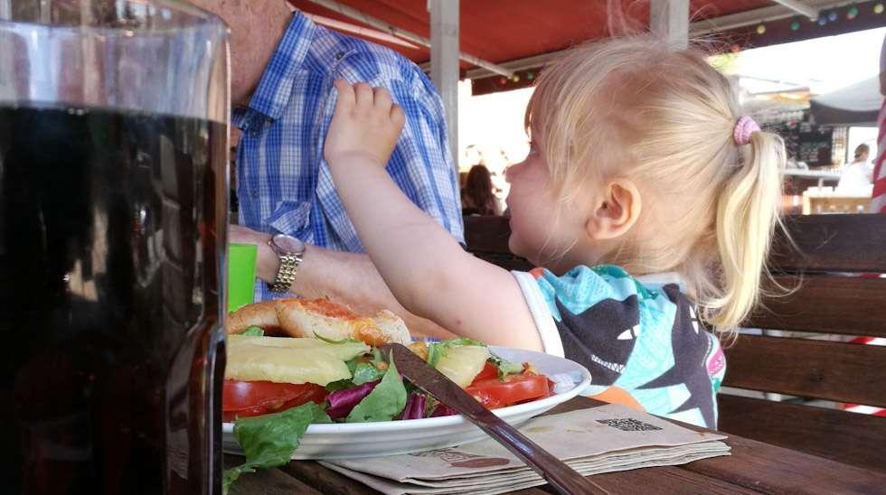 Taapero opettelemassa ravintolakäyttäytymistä.