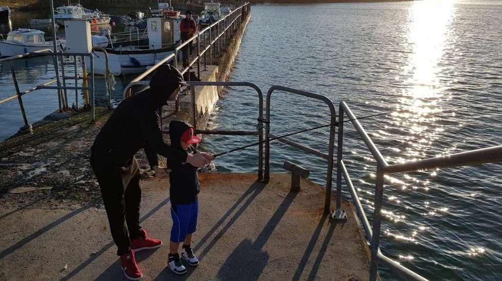 Siellä se kalastaa isänsä kanssa, toisella puolella Eurooppaa.