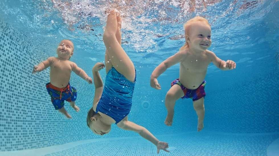 Australiassa uima-altaita on joka puolella, joten uimataito on opittava jo varhain. Uimaopettaja Sirje Perendi kertoo, miten harjoitukset kannattaa tehdä vauvasta aina kouluikäiseksi asti. Kuva: iStock