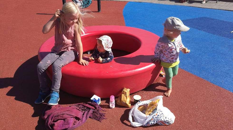 Pieni eväsretki leikkipuistoon on koko perheen kesätekemistä parhaimmillaan.