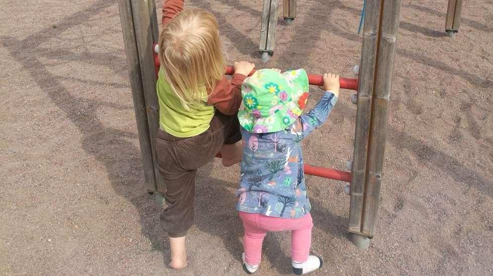Parhaimmat hetket syntyvät usein täysin yllättäen, esimerkiksi spontaanien leikkipuistoretkien muodossa. Tällöin taaperokin saattaa yllättää ja leikkii sulassa sovussa pikkusiskonsa kanssa. Jos lataa liikaa odotuksia idyllisistä retkistä, lopputulos on yleensä jotain aivan muuta.