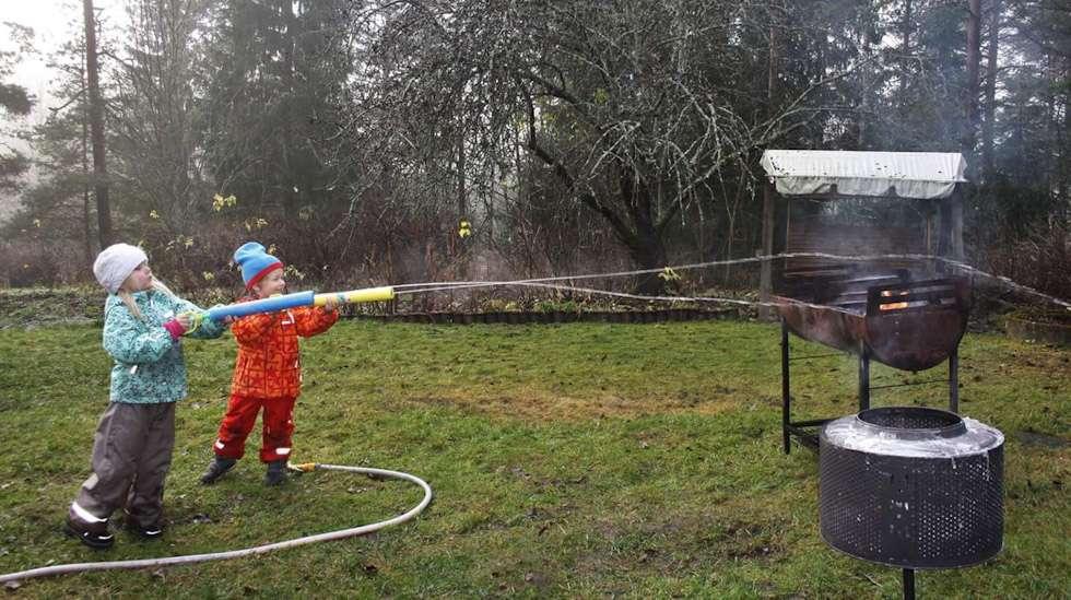 Kuka sanoi ettei marraskuussakin voisi grillata ja ampua vesipyssyllä?