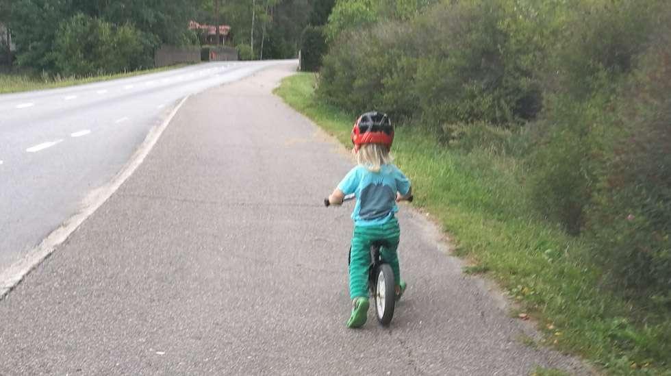 """""""Mä ite meen!"""", huusi hän ja painoi menemään potkupyörällään. Selvä sitten, tuolla tahdolla ja tarmolla varmasti pärjäät."""