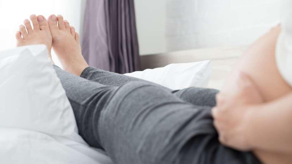 """""""Lopulta mikään muu, kuin lepuutus jalat ylöspäin ei auttanut kohtentamaan vointiani"""", kertoo Itsenäinen nainen. Kuva: iStock"""