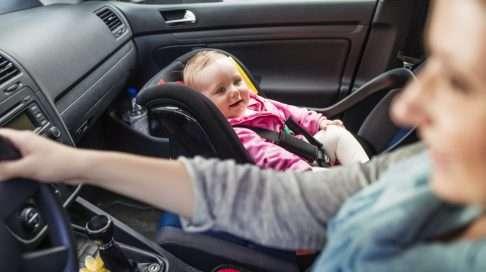 Ei näin! Vaikka katsekontakti lapseen saattaisi ajon aikana houkuttaa, asiantuntijat suosittelevat lapsen sijoittamista takapenkille. Kolaritilanteessa avautuva turvatyyny voi koitua etupenkillä olevan lapsen kohtaloksi. Kuva: iStock