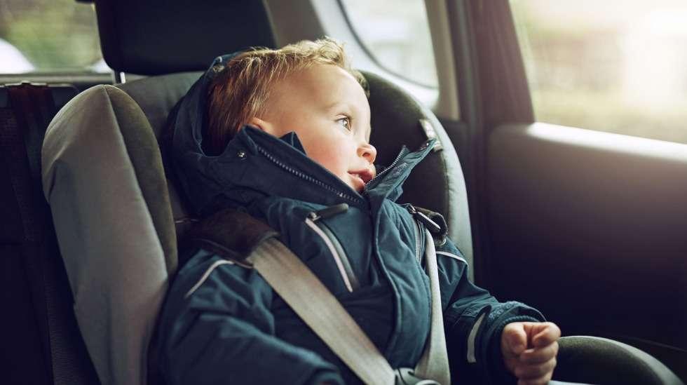 Lapsi itse ei voi juuri vaikuttaa automatkojensa turvallisuuteen – niiden varmistaminen on aikuisen tehtävä. Kuva: iStock