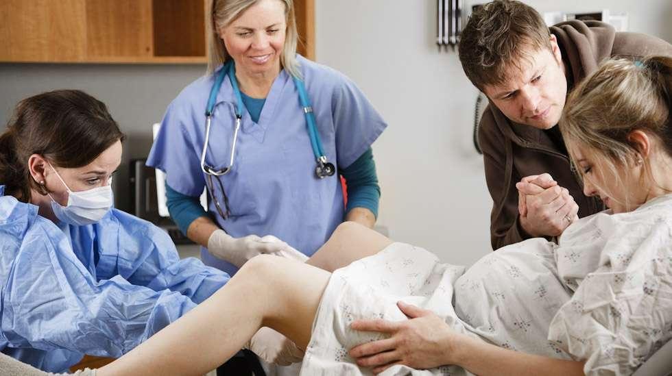 Puolison läsnäolo synnytyssalissa merkitsee monelle äidille ennen kaikkea henkistä tukea. Kuva: iStock