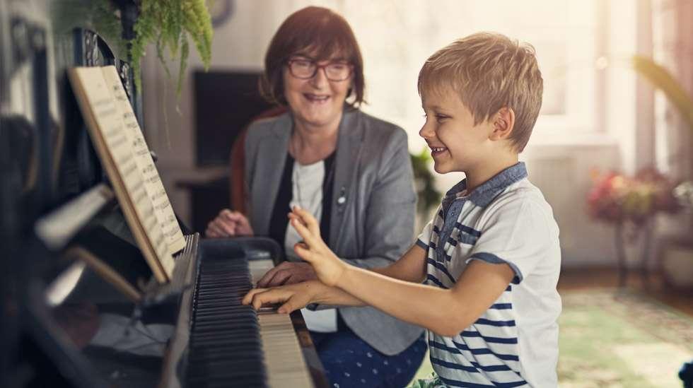 Toisinaan isovanhempi tai muu sukulainen saattaa suosia yhtä lasta esimerkiksi ulkonäön tai sukupuolen perusteella. Kuva: iStock