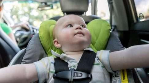 Liikenneturva suosittelee, että lapsi matkustaisi turvaistuimessa 4-vuotiaaksi asti selkä menosuuntaan päin – ensin turvakaukalossa ja sen jälkeen turvaistuimessa. Kuva: iStock