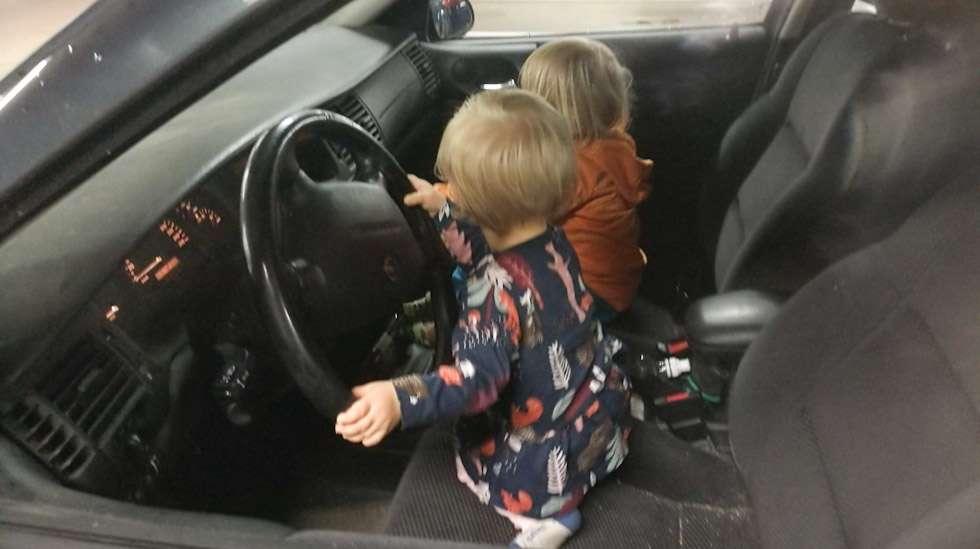 Turvallista autoilua? Onneksi tämä tilanne ikuistettiin auton ollessa parkissa.
