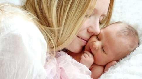 Kosketus on ensiarvoisen tärkeä osa varhaista vuorovaikutusta. Vauva hyötyy monin tavoin vanhemman hellästä ja turvallisesta kosketuksesta. Kuva: iStock