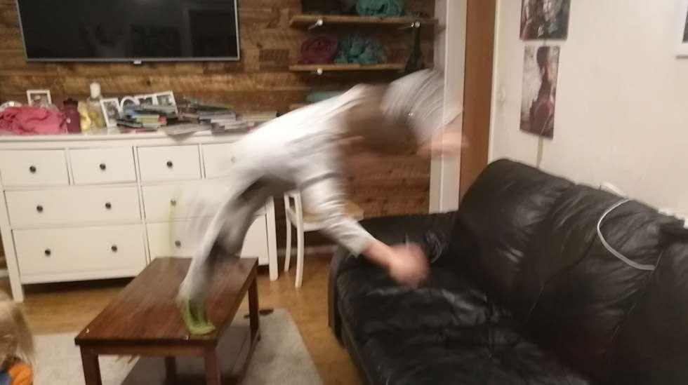 Huomaatteko ilmassa lentävän hahmon? Se on lapseni, jolla on oikeus hyppiä sohvalle.