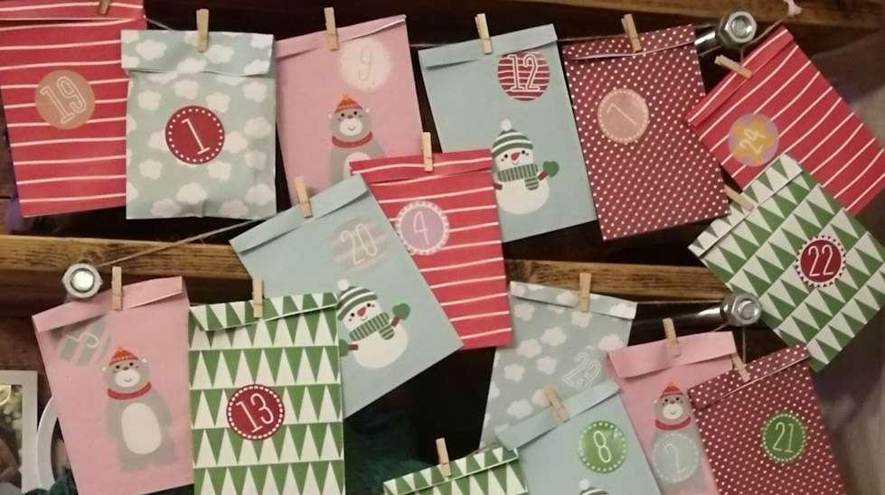 Tänä vuonna lastemme joulukalenteri näyttää tältä. Paperipussit pysyvät tyhjinä aina edeltävään iltaan asti.
