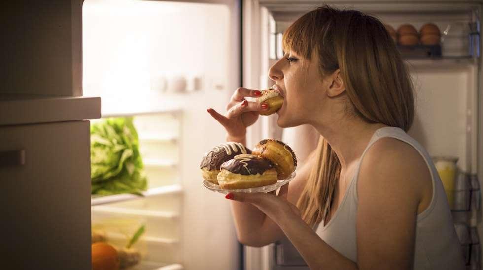 Kun imetysnälkä yllättää, voi joutua tekemään yöllisen retken jääkaapille. Kuva: iStock