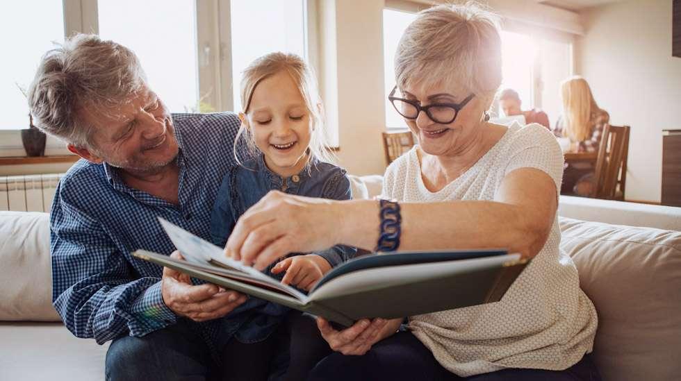 Hyvät suhteet isovanhempiin ovat rikkaus lapselle. Aina läheiset välit eivät kuitenkaan toteudu, syystä tai toisesta. Kuva: iStock