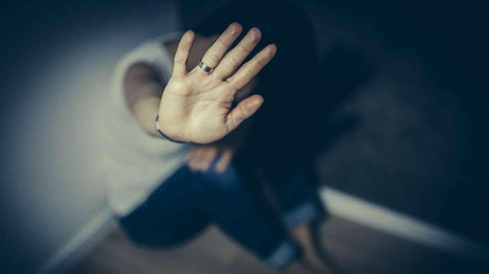 Parisuhdeväkivalta on usein salaisuus, jonka olemassaolosta vaikenee niin uhri kuin väkivallan tekijäkin. Kuva: iStock