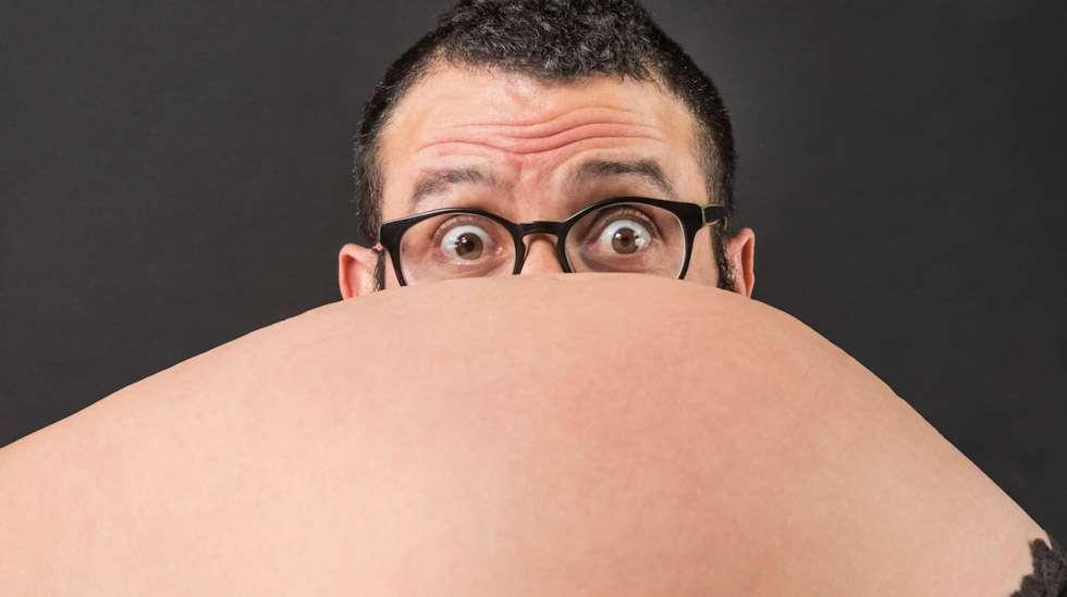 Miehen voi olla vaikea suhtautua odotukseen samalla innolla kuin naisen, sillä hän ei koe sen mukanaan tuomia fyysisiä mullistuksia. Kuva: iStock