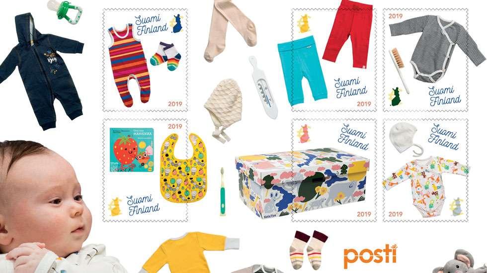 Vuoden 2018 äitiyspakkauksen tuotteita esitellään kuuden postimerkin kokoisessa pienoisarkissa. Kuva: Posti