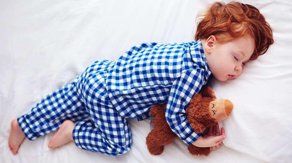Lapsen kokonaiset yöunet ovat asia, josta moni vanhempi haaveilee. Kuva: iStock