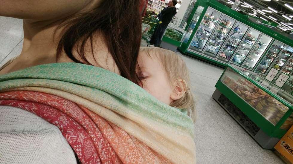 Kaupassa käyminen voi olla joskus vähän väsyttävää - myös äidin mielestä.