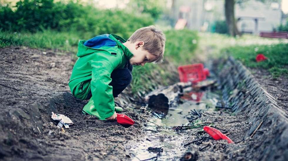 Kevät tietää mutaa ja kuraa. Millaisilla varusteilla niistä selviää? Kuva: iStock