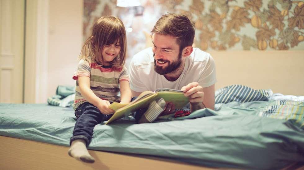 """""""Lapsen kysymyksiin vastaamisessa voi ottaa avuksi kirjan, jossa selitetään lapsentasoisesti, miten vauvat saavat alkunsa"""", neuvoo seksuaalikasvattaja Anna-Riitta Kässi. Kuva: iStock"""