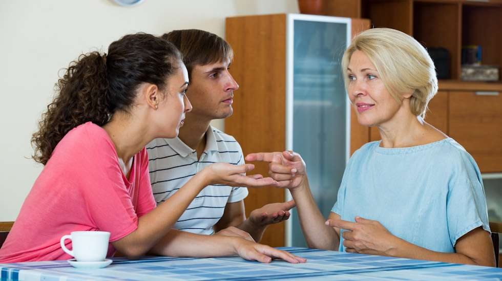Vanhemmat saattavat ärsyyntyä, jos isoäiti päättää olla noudattamatta näiden kasvatusvalintoja. Kuva: iStock