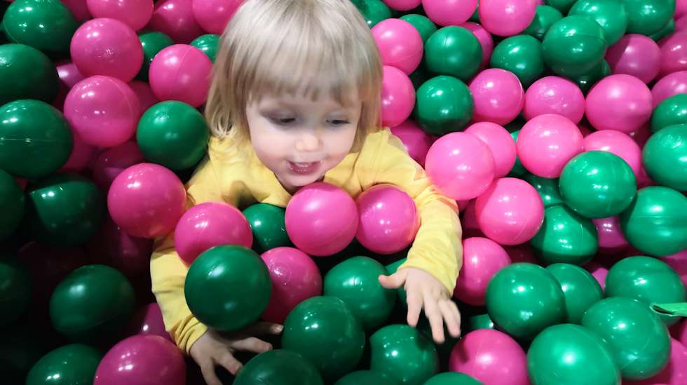 Joskus harmittaa, kun rahat uppoavat pallomeriä sisältäviin leikkipaikkoihin itsensä hemmottelun sijaan – mutta toisaalta lasten haltioituminen pienistä iloista on sen arvoista.