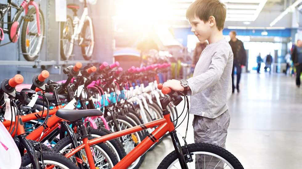 Polkupyörän tuleva omistaja kannattaa ottaa mukaan pyöräostoksille, jotta nuorelle kuskille löytyy varmasti oikean kokoinen menopeli. Kuva: iStock