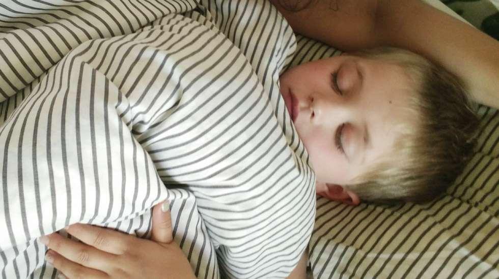 Esikoiseni on nukkunut koko ikänsä hämmästyttävän hyvin, mutta kyllä hänessäkin pieni Viivyttelijä asuu. Sisarustensa kautta tutuiksi ovat tulleet Heräilijä, Yökukkuja, Ihotakiainen sekä Aamuvirkku.