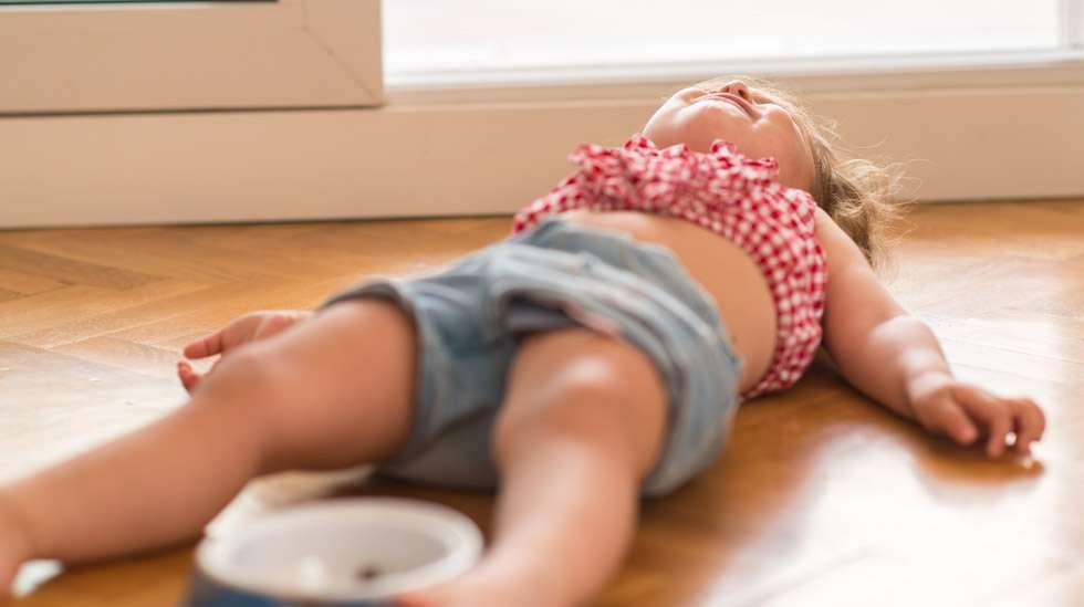 Maahan karjumaan heittäytynyt pikkulapsi on tuttu näky monille vanhemmille. Kuva: iStock