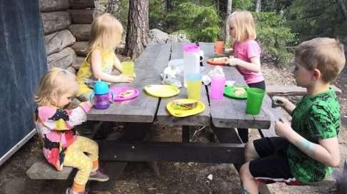 Syöminen on retken paras hetki, ainakin jos lapsiltamme kysytään. Metsäretki ilman eväitä olisi hyvin epäonnistunut metsäretki. (Sininen väri lasten iholla ei liity retkeen, vaan sitä ennen tehtyihin tieteellisiin tutkimuksiin.)