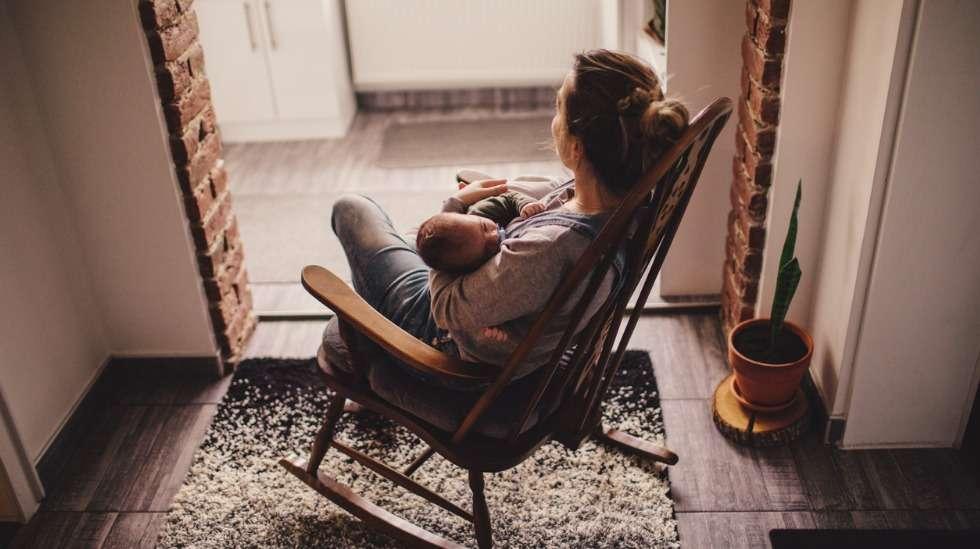 Jatkossa yksinhuoltajaäidit voivat saada 54 päivää pidemmän vanhempainrahakauden. Kuva: iStock