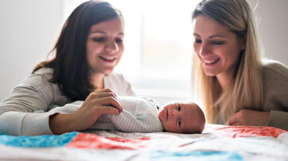 Kun ystävä saa lapsen, moni asia muuttuu. Näiden vinkkien avulla autat! Kuva: iStock