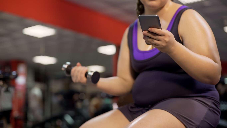 Vau.fi-foorumilta löytyy vertaistukea myös painonpudotukseen. Nostele vaikka yhdellä kädellä painoja ja kurkkaa toisella muiden äitien keventymiskuulumiset. Kuva: iStock