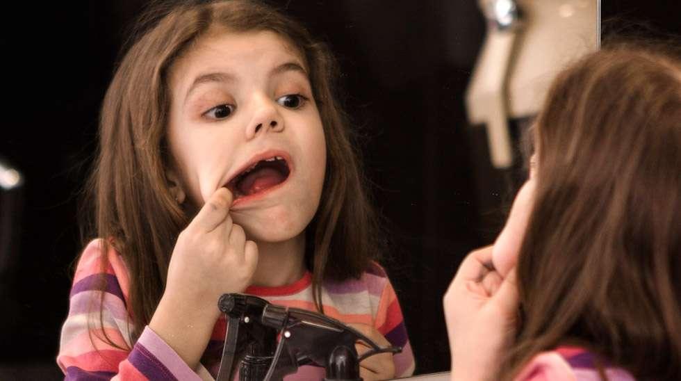 Joko siellä näkyy rautahammas? Pysyvän hampaan odottelu voi vaatia kärsivällisyyttä. Kuva: iStock
