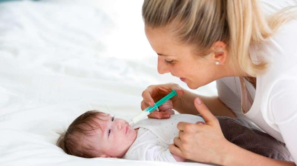 Antibiootit annostellaan vauvoille yleensä liuosmuodossa mittaruiskulla. Kuva: iStock