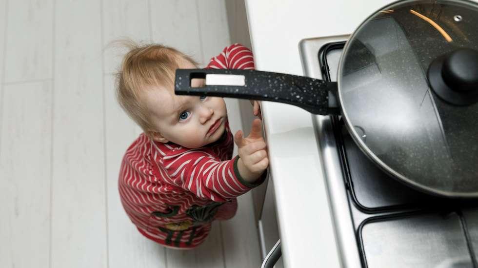 Pikkulapset ovat ehtiväisiä, ja heidän kanssaan saa olla erityisen tarkkana, jottei vaaratilanteita pääsisi syntymään. Kuva: iStock