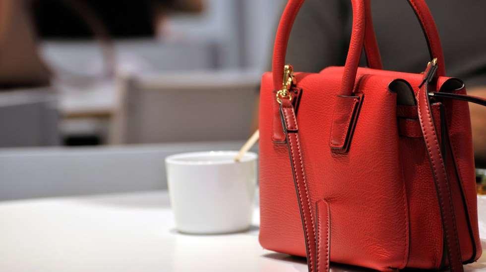 Tyylikäskin laukku voi kätkeä sisälleen salaisuuksia, joilla sammutetaan alkavia kriisejä. Kuva: iStock