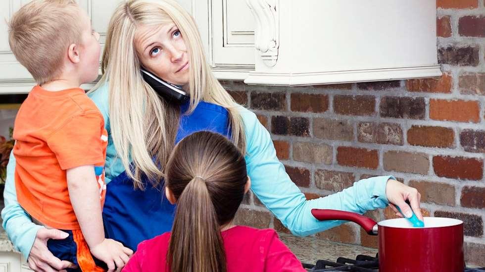 Jos ruuanlaitto oli rentouttava harrastus ennen äitiyttä, äidiksi tulon jälkeen se on jotain aivan muuta. Kuva: iStock