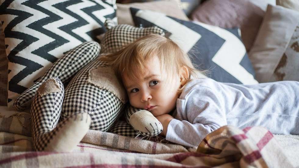 Ei väsytä! Iltavirkkuus kulkee geeneissä, ja perheen iltapainotteinen elämäntapa lisää unirytmin pulmia alle 2-vuotiailla lapsilla. Kuva: iStock