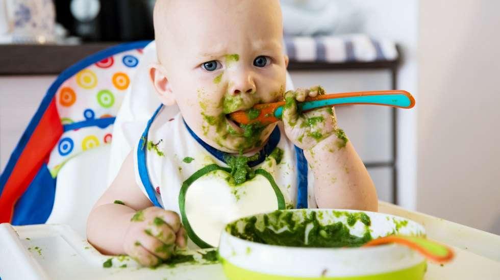 Kiinteä ravinnon aloittamisen myötä vauvan vatsan toiminta usein harvenee ja uloste kiinteytyy. Joillekin vauvoille tästä seuraa ummetusta. Kuva: iStock
