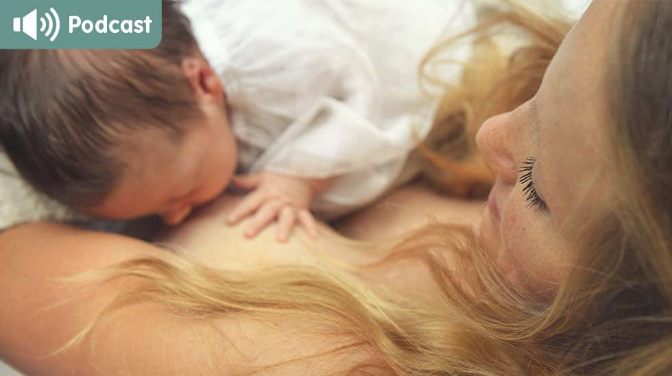 Esimerkiksi takanoja-asento on monelle hyvä ja rento imetysasento, jossa vauva pääsee haukkaamaan rinnan syvälle suuhunsa. Kuva: iStock