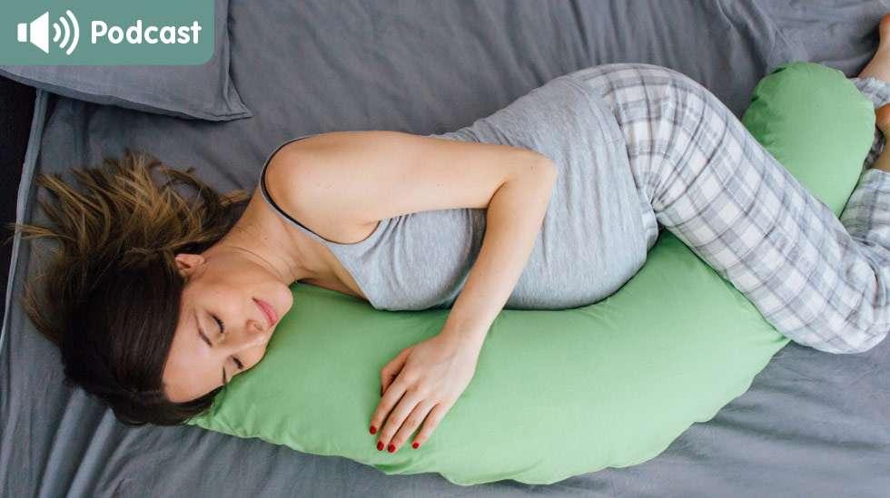 Muutoksia tulee myös nukkumiseen: moni raskaana oleva haluaa nukkua tyynyn tukemana. Kuva: iStock