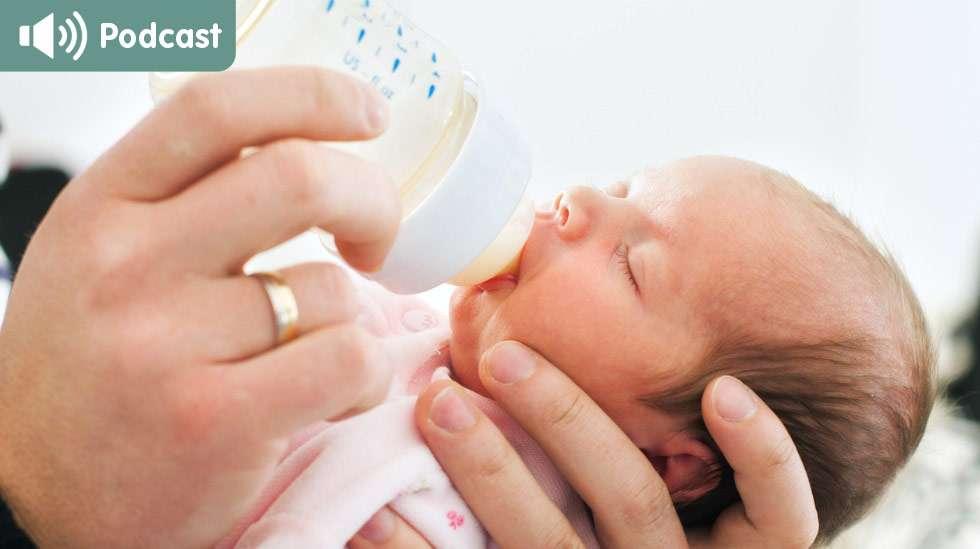 Vauvan nälkäviestintä on pulloruokaillessa hyvin samanlaista kuin imettäessäkin. Hän alkaa esimerkiksi kurtistella kulmiaan, jos maitoa tulee liian nopeasti tai hitaasti. Kuva: iStock
