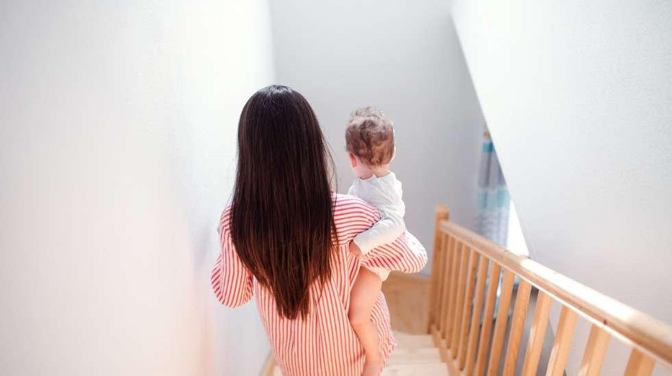 Portaiden kulkeminen tuntuu kertaluokkaa uhkaavammalta, kun sylissä on pieni lapsi. Kuva: iStock